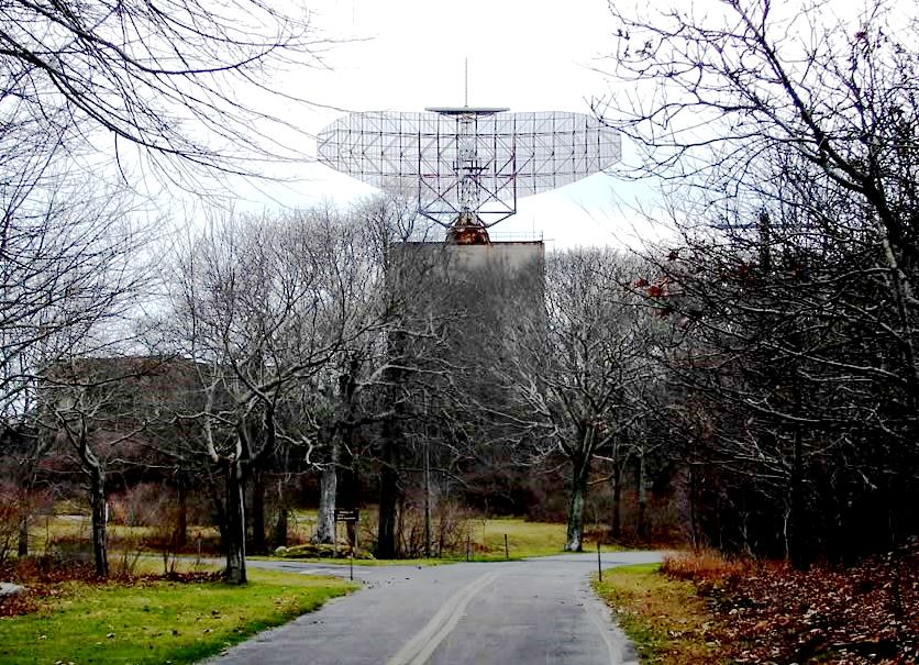 AN/FPS-35 radar dish at Camp Hero State Park, Montauk, NY. Foto Nojo13, sursa Wikipedia.